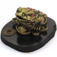 Трехлапая жаба на золотых слитках с монеткой